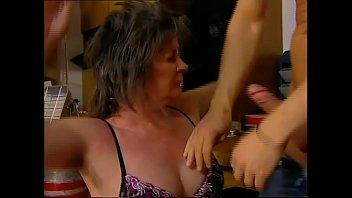 Жена трётся мохнатой мохнаткой о ногу благоверного и на пару с ним мастурбирует