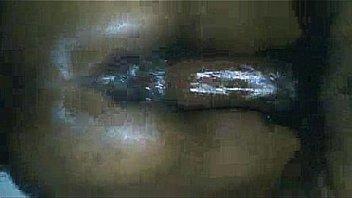 Телка в белоснежной футболке засовывает синие стринги в вагину