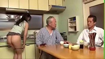 Парень трахает рачком свою беременную подружку