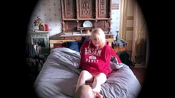 Массажистка подрочила мулатке вульву во время массажа