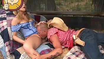 Созрелая толстуха принимает в пизду ладошку татуированного друга перед вебкой