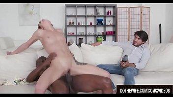 Чернокожая девчонка в розовом лифчике показывает большие сиськи