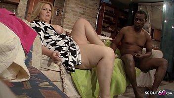 Две ошеломительные мамки ласкают друг друга на диване