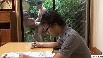 Японская блядь делает клиенту горловой отсос
