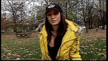 Русская девушка завела знакомство с пикапером на улице и дала себя от трахать в автобусе
