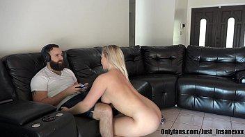 Обнаженная мужа необходимо рачком и наслаждается попкой на диванчике