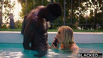 Бритый мускулистый парень у бассейна выебал рыжую девчоночку в рот и манду и кончил ей на лицо