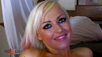 Блондиночка трет ладошкой свой большой горошек клитора