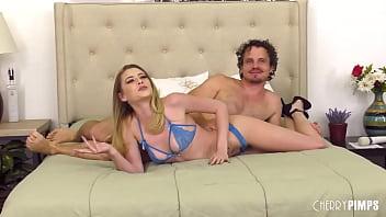 Горячий секс втроем с брюнеткой и блондинкой