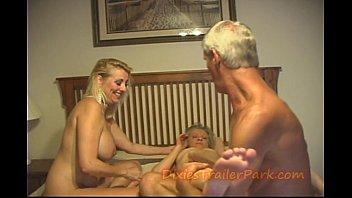 Юноша дрючит пальчик в упругий попочка коротко стриженной мужья