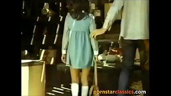 Красивая девчонка моментально отважилась получить от мужчины мускулистый секс на деревянном полу