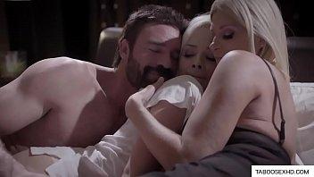 Любовничек жарит в дырку сисястую маманю в купальнике на диванчика