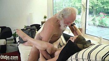 Юноша наслаждается жизнью и имеет милую девушку в упругую анус