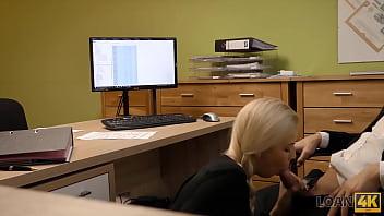 Молодая блондиночка в ангаре подрочила половую щелочку наконечником самотыка